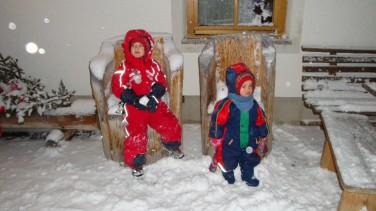Zwei unserer jungen Stammgäste haben Spaß im Neuschnee
